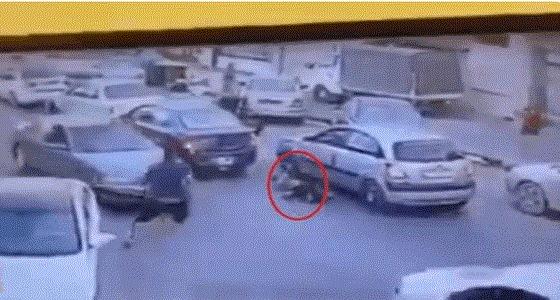 في وضح النهار.. مقتل شابًا رميًا بالرصاص وسط الشارع (فيديو)