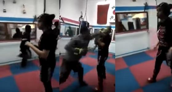 بالفيديو.. مدرب يعنف فتاة بلكمات قوية على الوجه