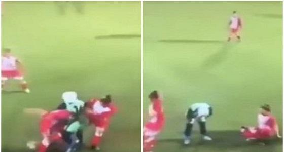 رد فعل غير متوقع للاعبات بعد سقوط حجاب لاعبة في الفريق المنافس (فيديو)