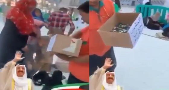 احتفالًا بعودة الشيخ صباح الأحمد.. شبان يوزعون الحلوى في الحرم المكي (فيديو)