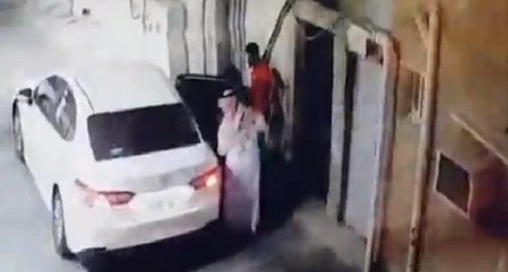 بالفيديو.. لحظة سرقة خزنة من منزل في جدة