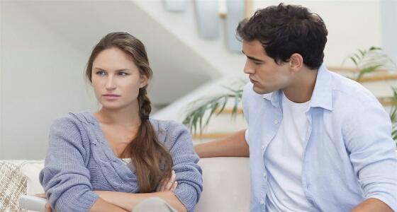 الصبر عليها واحتوائها.. طرق تعامل الزوج مع الزوجة القلقة