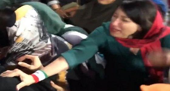 بالفيديو.. مشاجرة بين مشجعات إيرانيات ونساء من الشرطة وسط المدرجات