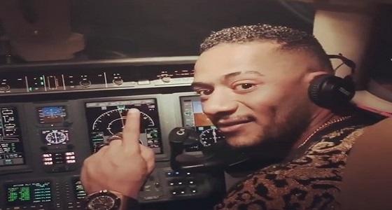 مصر للطيران توضح حقيقة فيديو قيادة الفنان محمد رمضان للطائرة أثناء توجهه للرياض