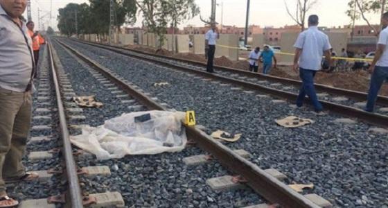 شاب يلقي بنفسه أسفل عجلات القطار بعد قتله والده ودفنه أسفل سريره!