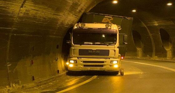 بالصور.. شاحنة كبيرة تصطدم بنفق وتعلق فيه بـ عقبة شعار عسير