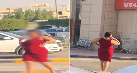 بالمخالفة للأنظمة.. فتاة تتجول بفستان فاضح في الرياض (صور)