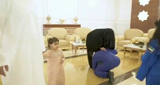 بالفيديو.. هزاع المنصوري يقبل قدم والدته بمطار أبو ظبي