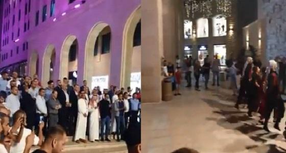 بالفيديو.. الفلسطينيون يرحبون بـ« الأخضر » في إحدى الساحات العامة برام الله