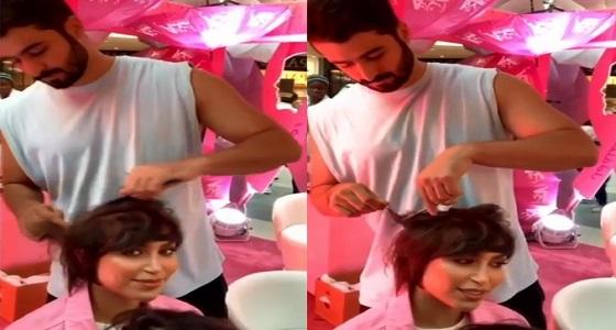 بالفيديو.. الدكتورة خلود وزوجها يشعلان مواقع التواصل بعد قص خصلة من شعرها