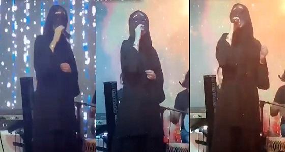 بالفيديو.. فتاة تغني في أحد المقاهي بجدة