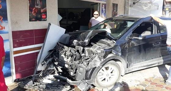 إصابة 3 أشخاص صدمتهم سيارة أثناء جلوسهم على مقهى