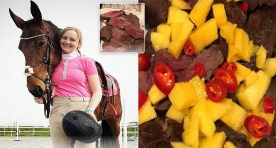 تهديدات بالقتل تلاحق فتاة أكلت لحم خيلها بعد قتله (صور)