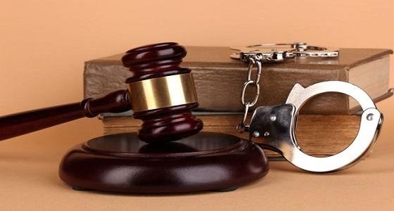 محاكمة شاب هدد باغتصاب طفلة ووالدتها