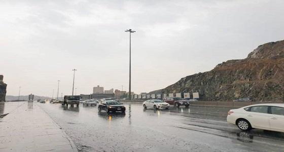 الأمطار تٌغطي أجزاء من العاصمة المقدسة الآن