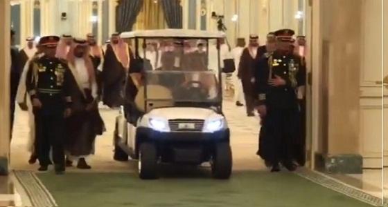 شاهد.. خادم الحرمين والرئيس الروسي داخل سيارة كهربائية