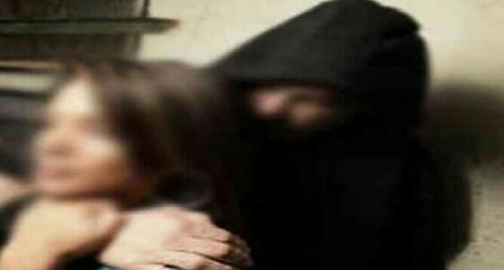رجل يحاول اختطاف «فتاة» تحت تهديد آلة حادة