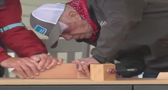 بالفيديو.. جيمي كارتر يعمل « نجارًا » بعد سقوطه بـ 24 ساعة