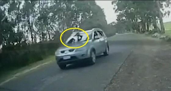 فيديو صادم.. ربط طفلة على غطاء سيارة دفع رباعي