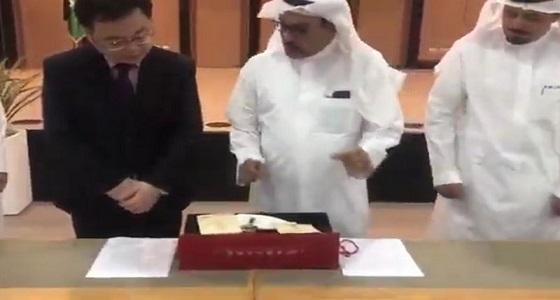 شاهد انبهار السفير الصيني في المملكة بـ خريطة طريق الحرير