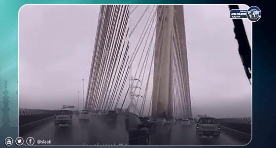 بالفيديو.. الجسر المعلق بالرياض يغرق بمياه الأمطار الغزيرة