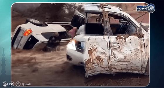 بالفيديو.. لحظة إنقاذ شابين لعائلة انقلبت مركبتها جراء السيول بحائل