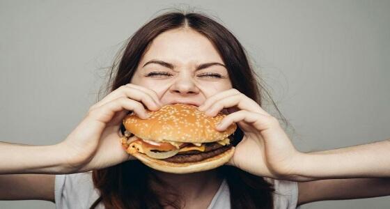 نصائج يجب اتباعها عند الشعور بـ «الجوع الشديد» خلال ساعات العمل