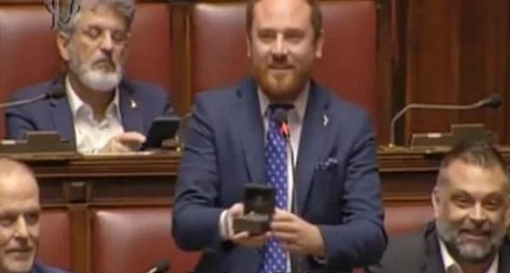 بالفيديو.. نائب يعرض الزواج على حبيبته أثناء جلسة البرلمان
