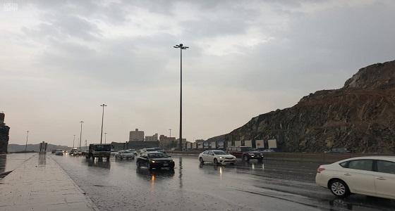 «الأرصاد» و«مدني مكة» ينبهان من أمطار رعدية تشهدها 11 محافظة بالمنطقة