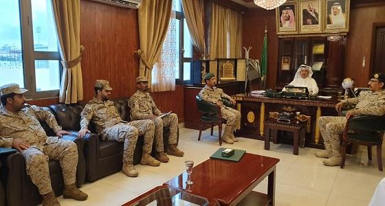 محافظ المجاردة وضباط خلية العناية بأسر الشهداء يسلمون ذوي الشهداء وسام الملك عبدالعزيز من الدرجة الثالثة