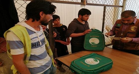 «سلمان للإغاثة» يوزع الحقائب المدرسية على أبناء اللاجئين السوريينفي مخيم الأزرق