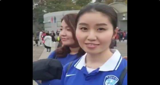 بالفيديو.. فتاة يابانية ترتدي قميص الهلال وتدعمه أمام «سايتاما»