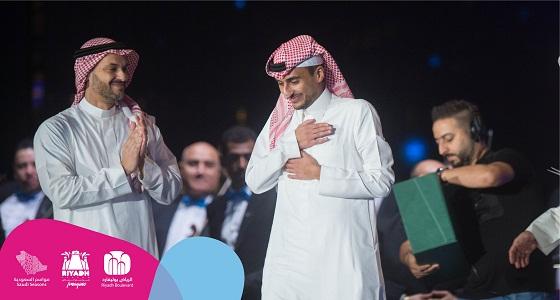 شاهد.. لحظة تكريم الموسيقار الأمير أحمد بن سلطان «سهم»