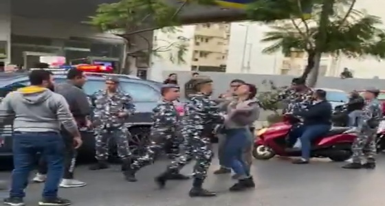 بالفيديو.. عناصر بالأمن اللبناني تعتدي على فتاة بعد مشادة كلامية