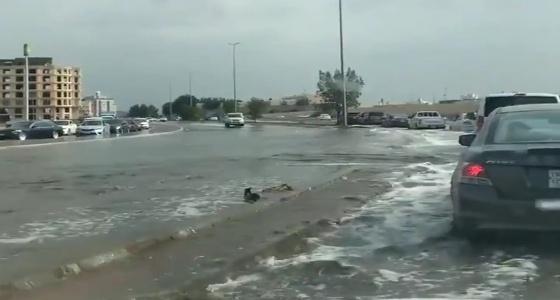 بالفيديو.. كميات كبيرة من المياه تملأ شوارع السامر عقب أمطار جدة