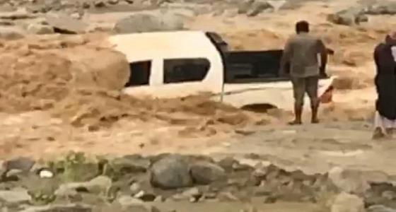 شاهد.. السيول تغمر عائلة في مركبة بوادي حضوة