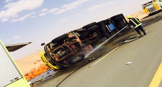 انقلاب شاحنة على طريق الجموم مكة وإصابة قائدها