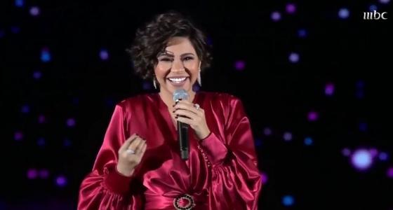بالفيديو.. استقبال جمهور الرياض لـ «شيرين» لحظة صعودها إلى المسرح