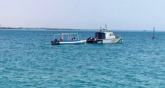 حرس الحدود ينقذ شخصين تعطّل قاربهما في عرض البحر بينبع