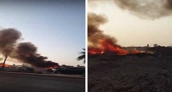 بالفيديو.. اندلاع حريق في مخلفات بأرض فضاء في حي قرطبة