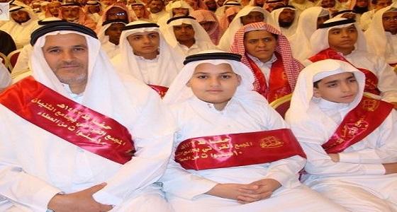 ليتنافسوا مع أبنائهم .. آباء يعودون طلاباً في حلقات القرآن