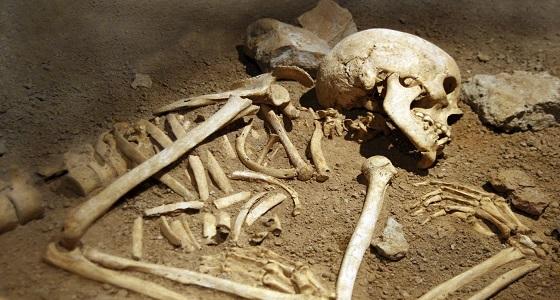 رجل ينبش قبر والديه ليبيع عظامهما مقابل دراجة نارية!