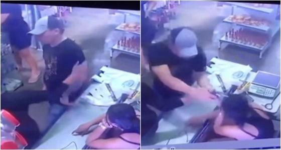 فيديو صادم لرجل يطلق على زوجته 5 رصاصات.. والنهاية مفاجأة