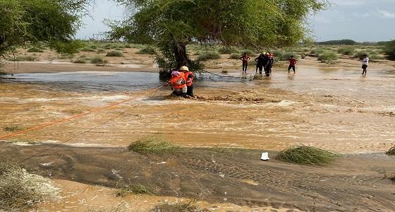إنقاذ 6 أشخاص احتجزهم السيل في بيش (صور)