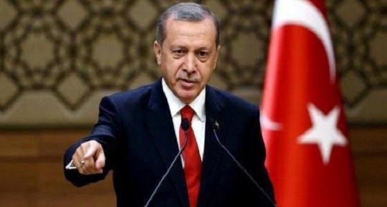 متظاهرون فلسطينيون يشعلون النار في صور أردوغان بسبب اتهاماته لدحلان