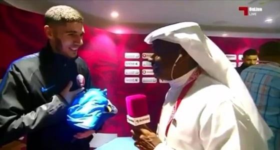 مهزلة.. لاعب منتخب قطر لا يتحدث العربية ويورط مراسل « الكأس » (فيديو)