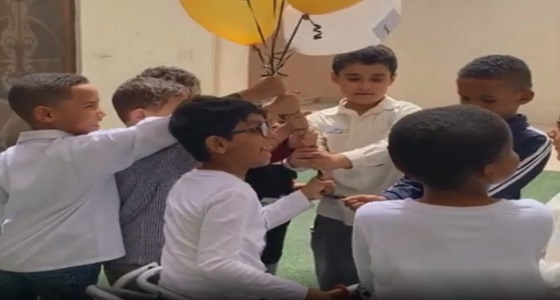 بالفيديو.. طفل يهزم إعاقته بدعم من زملائه