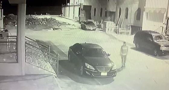 شاهد.. لحظة تكسير سيارات وسرقتها في مخطط الحمدة بالطائف