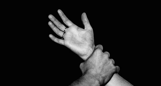 5 ذئاب بشرية يغتصبون فتاة تحت تهديد السلاح