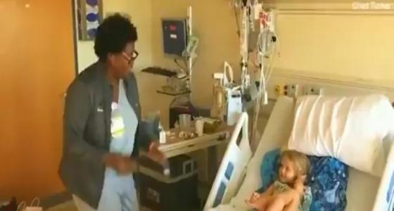 بالفيديو.. ممرضة ترقص بسعادة لترسم الابتسامة على وجه طفلة مصابة بالسرطان